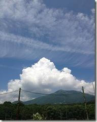 夏近し、飯縄山と入道雲
